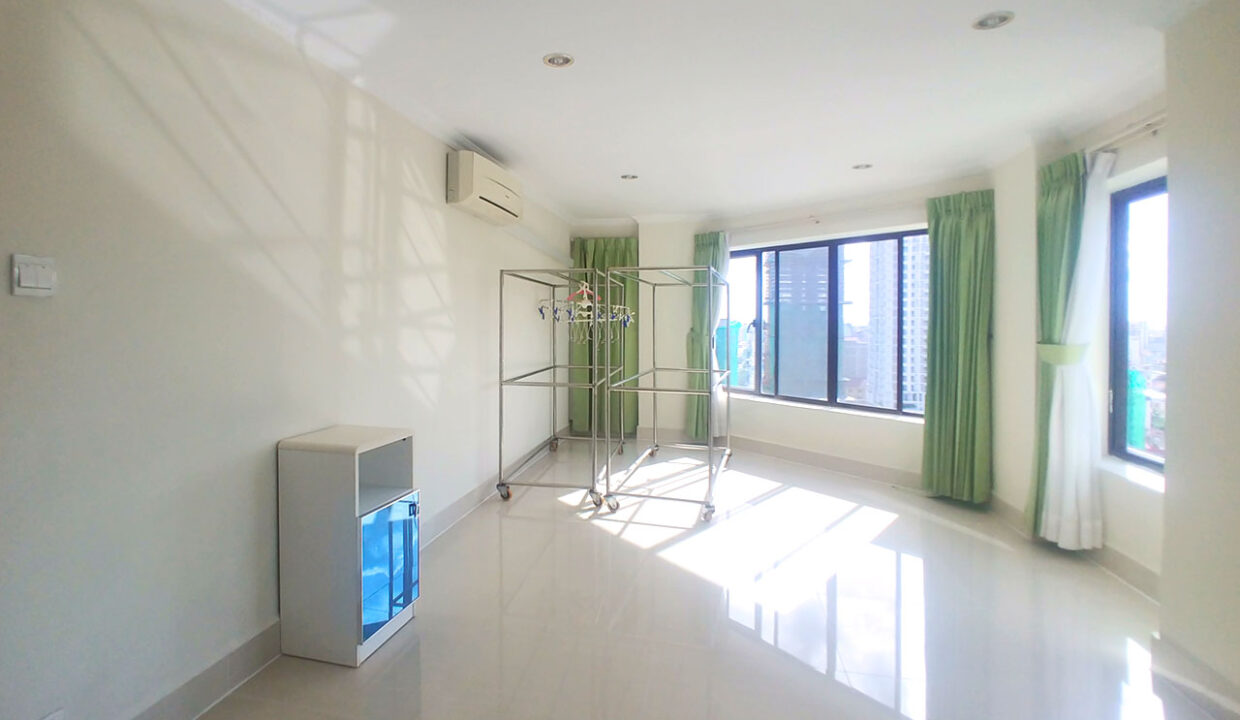 3 Master Beds Plus 1 Small Room Penthouse For Rent @ BKK 1 Img10