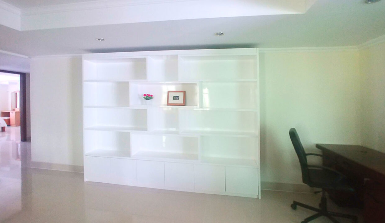 3 Master Beds Plus 1 Small Room Penthouse For Rent @ BKK 1 Img3