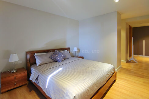 Amazing 2 Beds Condo With Garden, Pool For Rent Img3