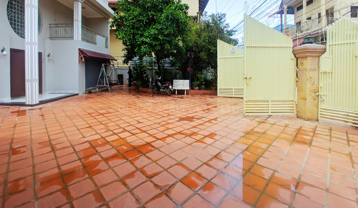 Big Playground Villa For Rent In Tuek Thla Area Img2