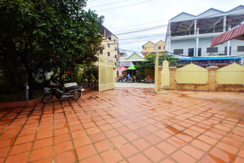 Big Playground Villa For Rent In Tuek Thla Area Img5
