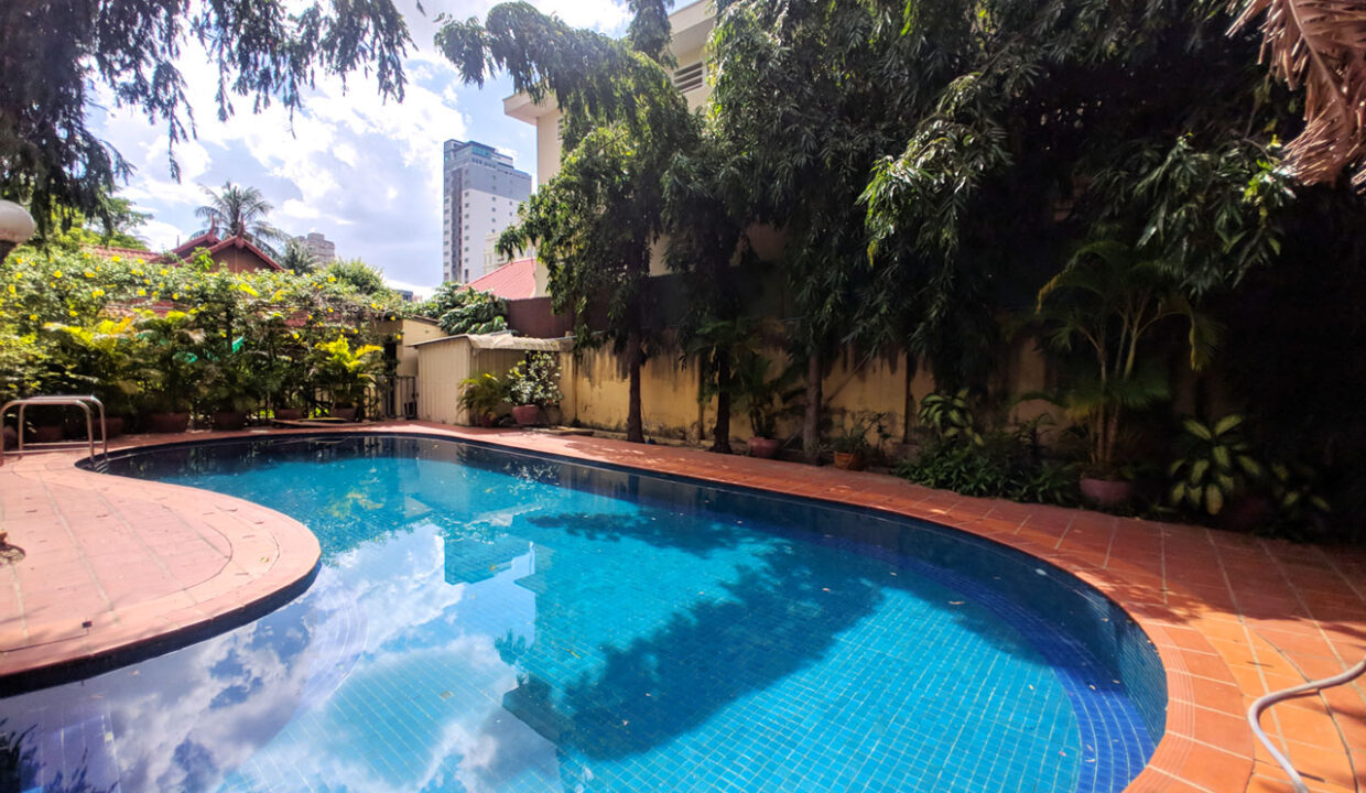 Green Garden 3 Beds Villa With Pool For Rent @ BKK 1 Img13