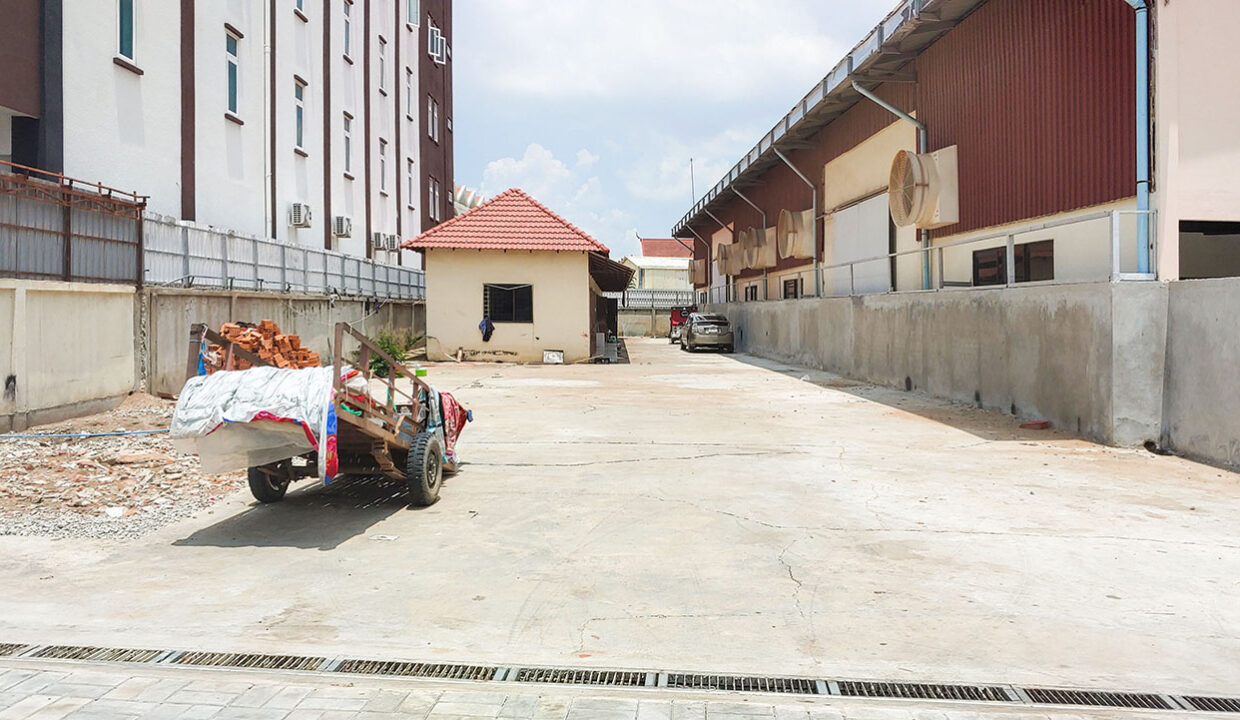 780 Sq.m Business Land For Rent Along Mong Reththy Main Street Img1